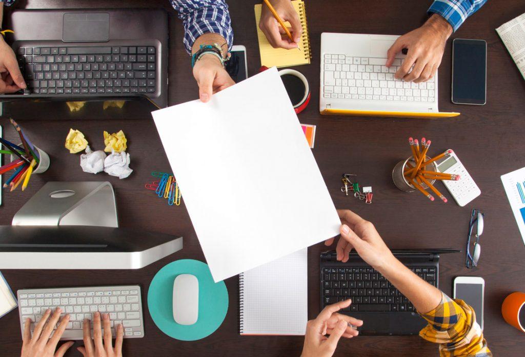 Equipe trabalhando em agência de marketing digital